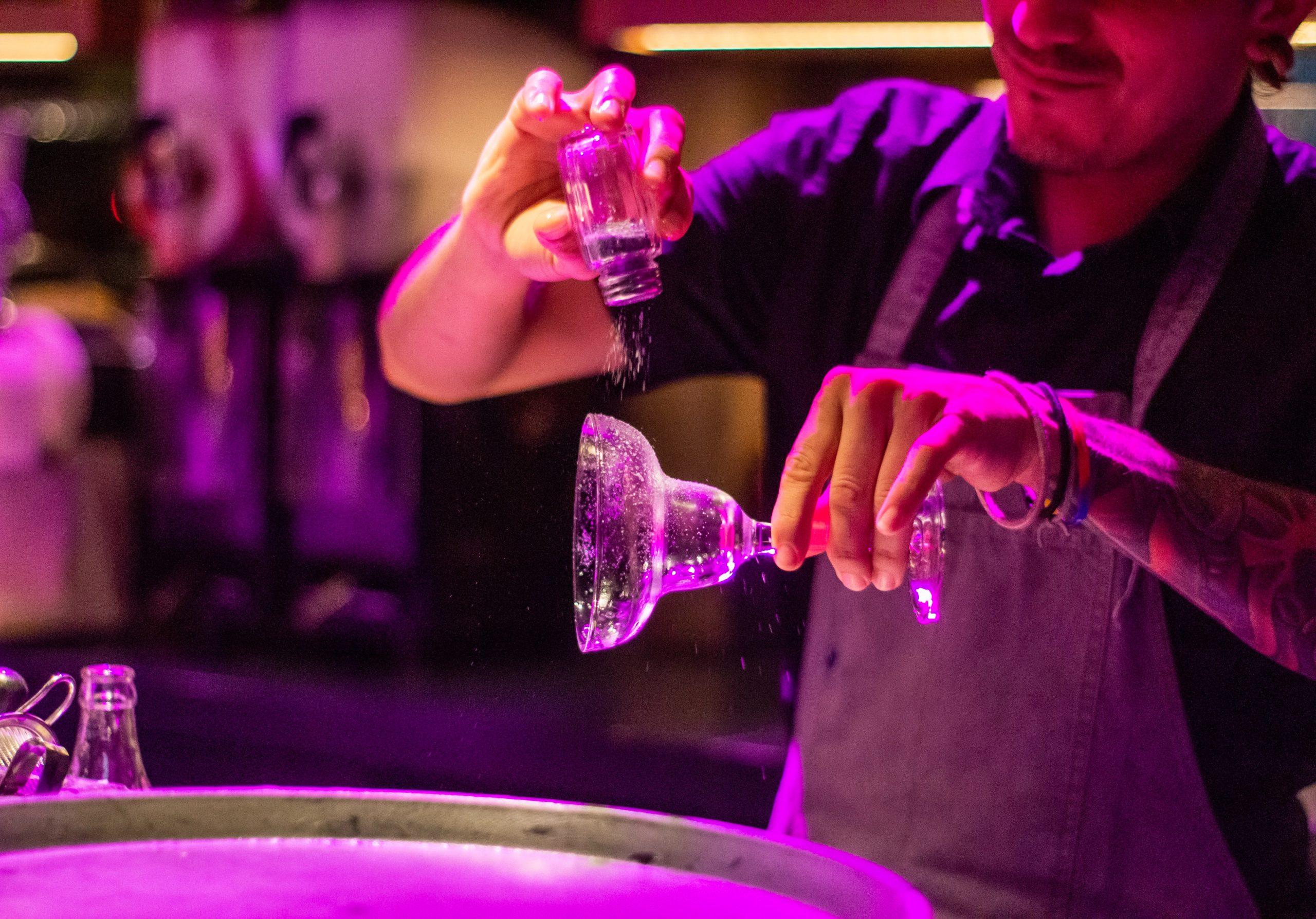 barman faisant une marguarita