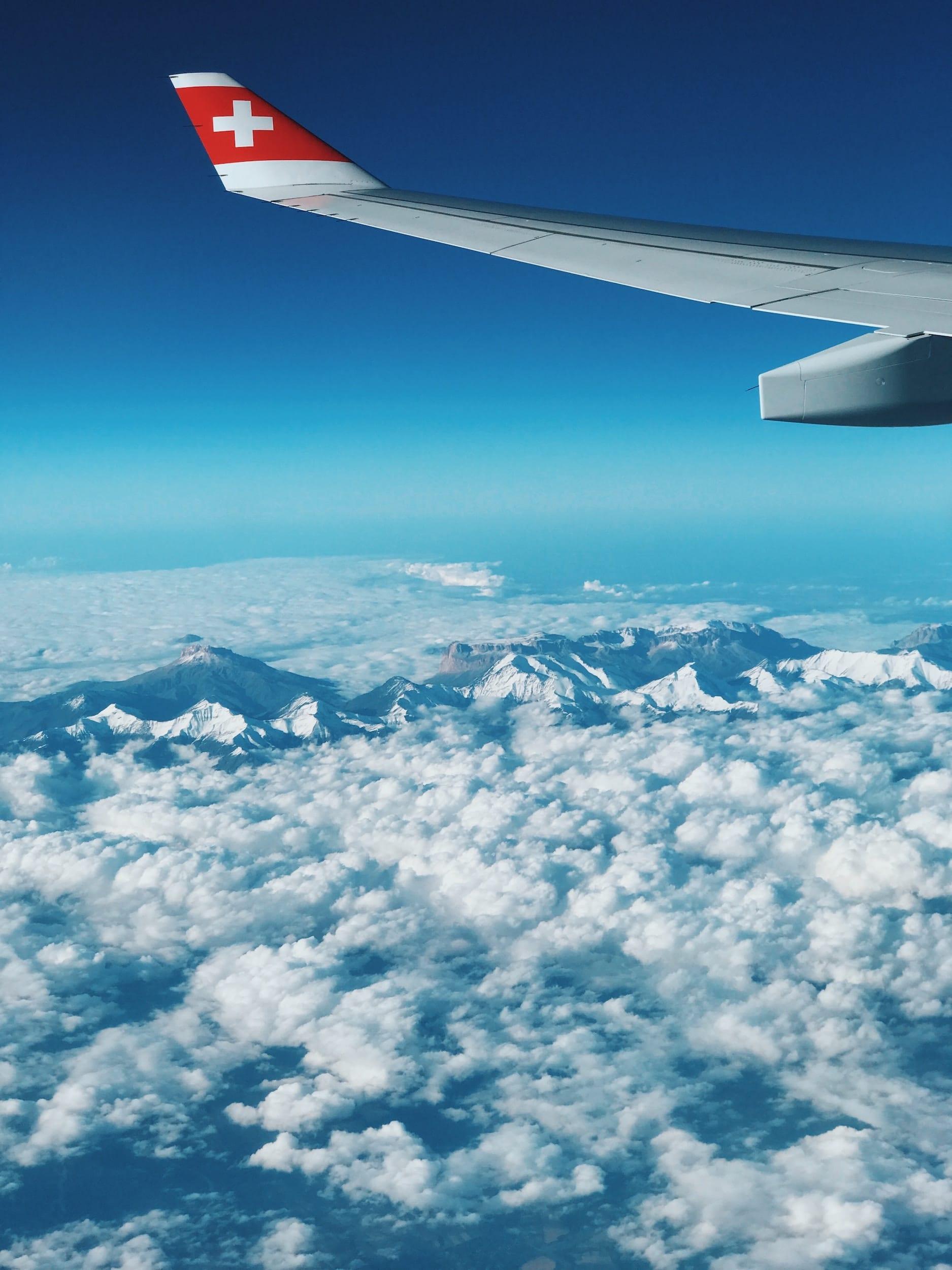 Aile d'avion et vue sur les Alpes Suisses